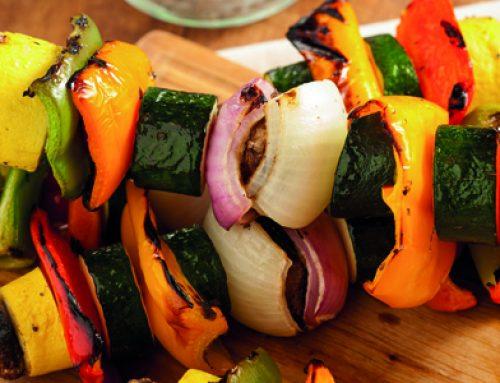 Brochetas de verduras marinadas