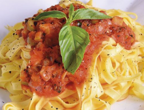 Pasta con tomate y cebolla tierna