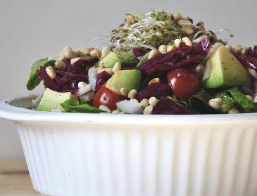 Ensalada vegana con germinados y piñones