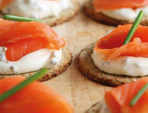 Montadito de salmón y queso para untar